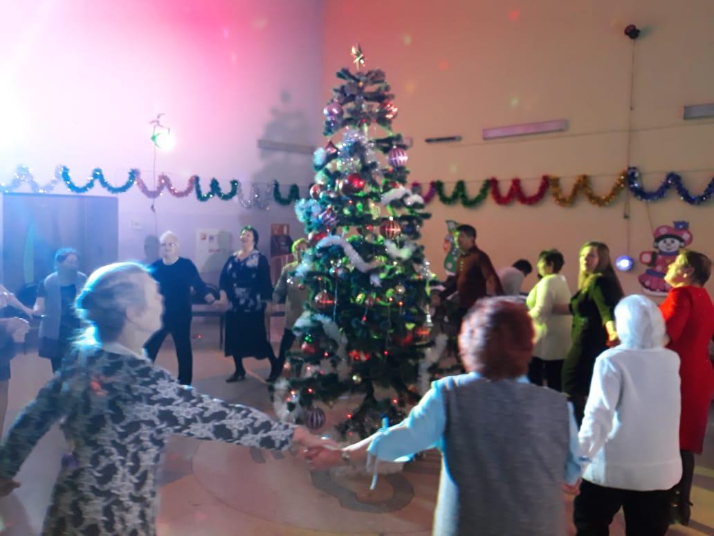 Троицкие пенсионеры встретили Старый Новый год на танцплощадке